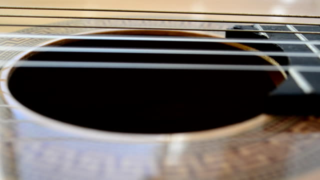 vídeos de stock e filmes b-roll de cordas de guitarra - edredão