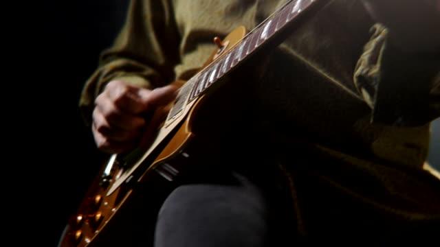 hd - guitarist finishes song with style - bir orta yetişkin erkek sadece stok videoları ve detay görüntü çekimi