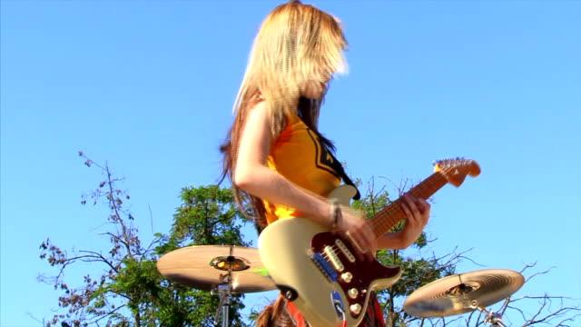 女性ギタリストの - ミュージシャン点の映像素材/bロール