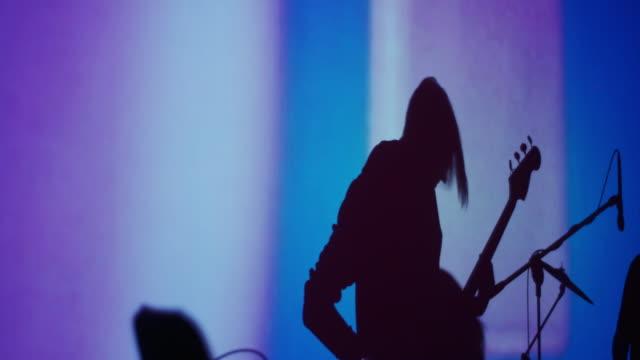 gitarrist som betalar på konserten. skugga - gitarrist bildbanksvideor och videomaterial från bakom kulisserna