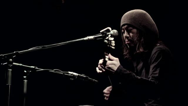 ギター演奏や歌に注目を集めます。 - ミュージシャン点の映像素材/bロール