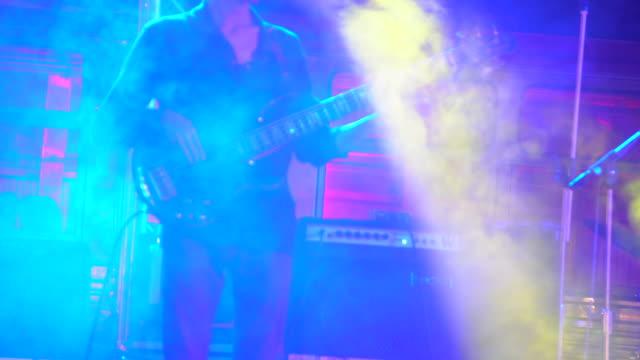 gitarrist spela gitarr närbild - sångare artist bildbanksvideor och videomaterial från bakom kulisserna