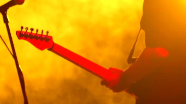 gitarrist spielt gitarre aus nächster nähe - rock stock-videos und b-roll-filmmaterial
