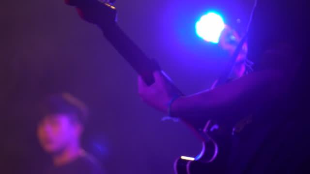 gitarrist gitarre spielen hautnah - indochina stock-videos und b-roll-filmmaterial