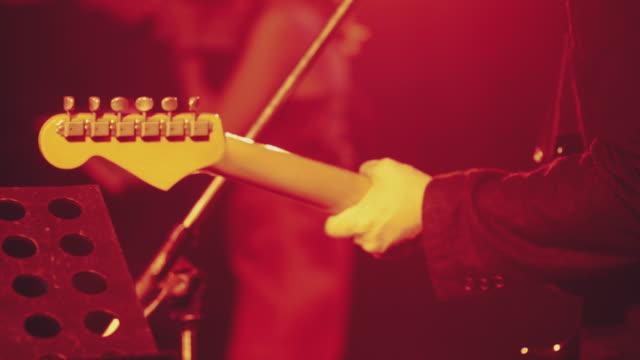 gitarrist som spelar gitarr - gitarrist bildbanksvideor och videomaterial från bakom kulisserna