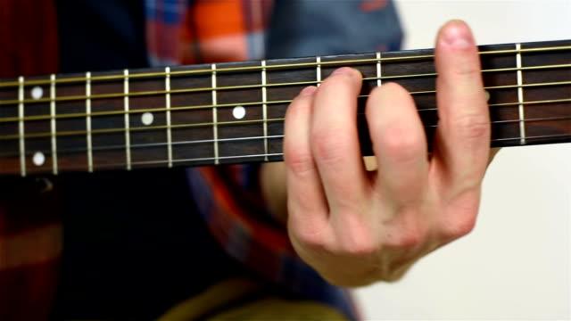 chitarrista a suonare la chitarra acustica - braccio umano video stock e b–roll