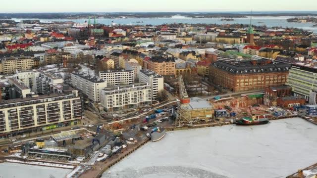 finska viken, västra hamnen, helsingfors, finland. flyg utsikt över staden, hamnen och det frusna vattnet - drone helsinki bildbanksvideor och videomaterial från bakom kulisserna