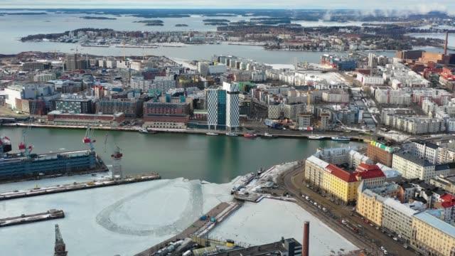 finska viken, västra hamnen, helsingfors, finland. flygvy över staden, hamnen och clarion hotel - drone helsinki bildbanksvideor och videomaterial från bakom kulisserna