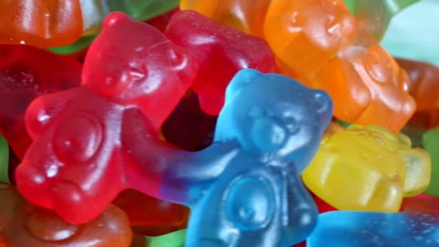 gummy bears rotating on a plate - sostanza gelatinosa video stock e b–roll