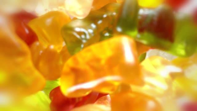 gummy bears - sostanza gelatinosa video stock e b–roll