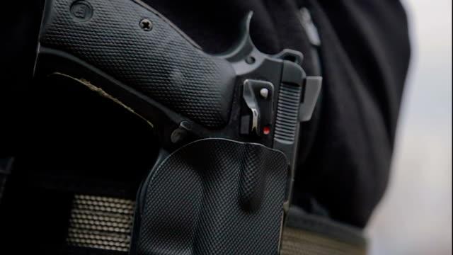 vidéos et rushes de des armes à feu, gros plan - armement