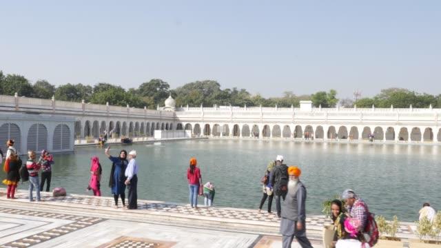 vídeos de stock, filmes e b-roll de templo de gurdwara bangla sahib, nova deli, índia - nova delhi