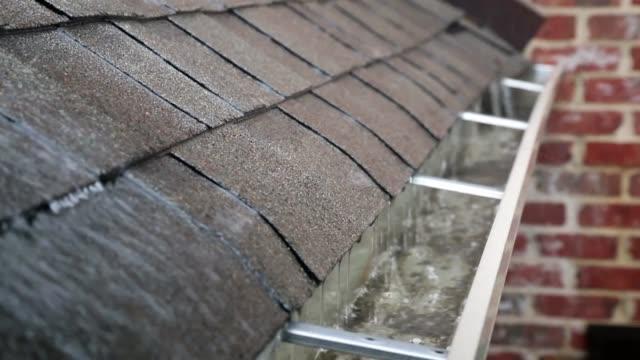 雨嵐の間に溝 - 屋根点の映像素材/bロール