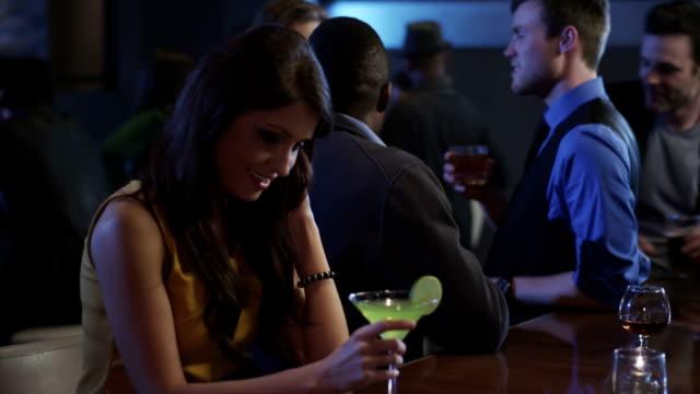 stockvideo's en b-roll-footage met een man in een bar ontmoet een jonge vrouw dan flirt met haar - flirten