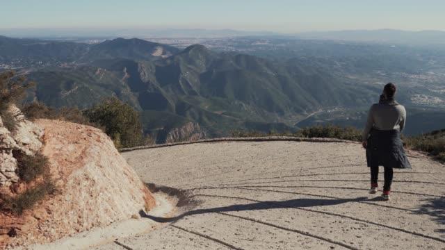 mann steigt einen steilhang von einem berg, spanien - kloster stock-videos und b-roll-filmmaterial