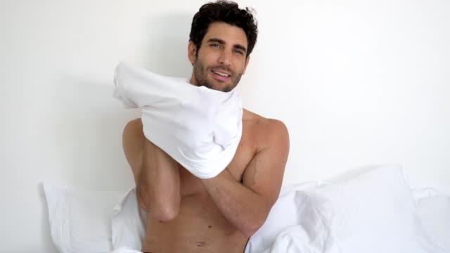 男のベッドでドレッシング - 着る点の映像素材/bロール