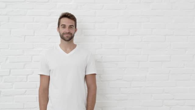 ragazzo che dà pollici in su - maglietta bianca video stock e b–roll