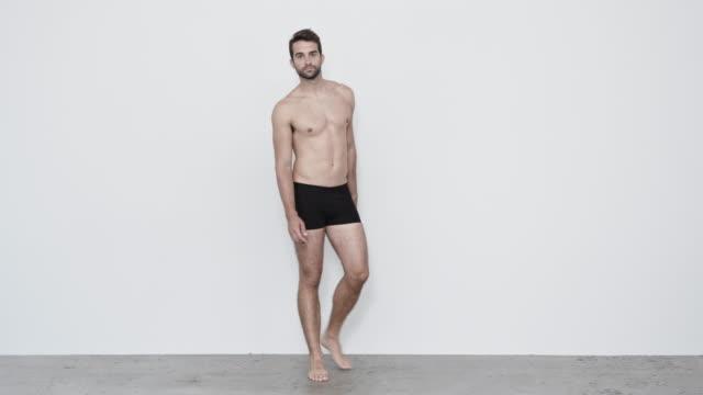 vidéos et rushes de type dans les shorts noirs - homme slip
