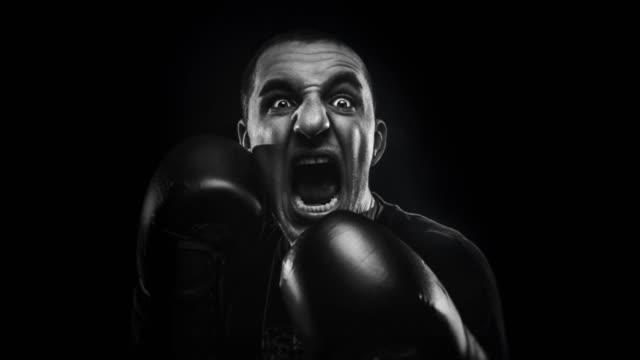 恐怖で叫んでボクシング手袋の男 ビデオ