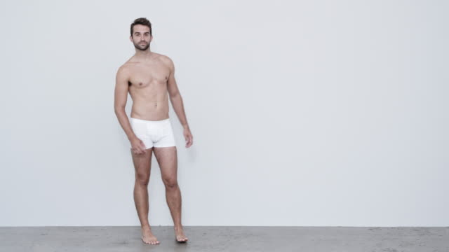 vidéos et rushes de type dans la marche de sous-vêtements - homme slip
