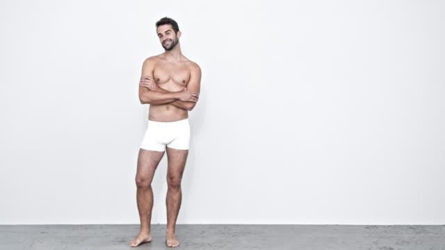 vidéos et rushes de type dans les shorts blancs - homme slip
