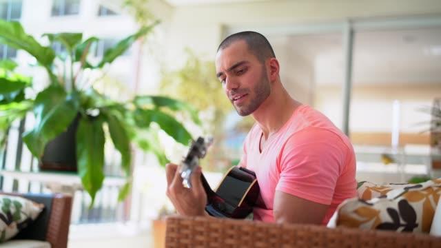 guy spelar gitarr - akustisk gitarr bildbanksvideor och videomaterial från bakom kulisserna
