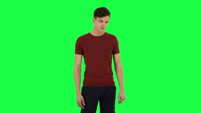 vídeos de stock e filmes b-roll de guy posing at the camera. green screen - teeshirt template