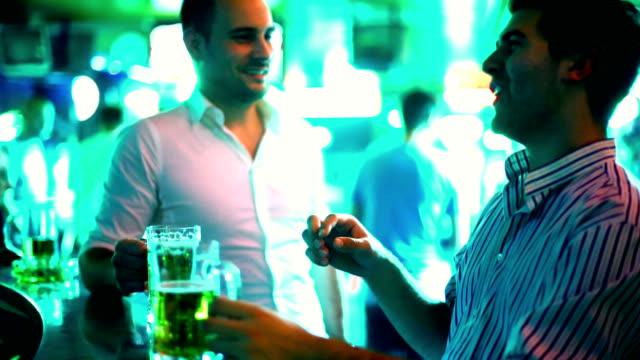 jungs, ein bier in der bar. - gay man stock-videos und b-roll-filmmaterial