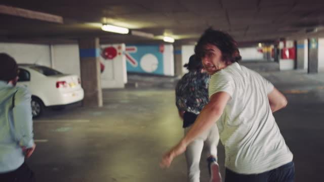 люди, работающие в гараже - побег стоковые видео и кадры b-roll