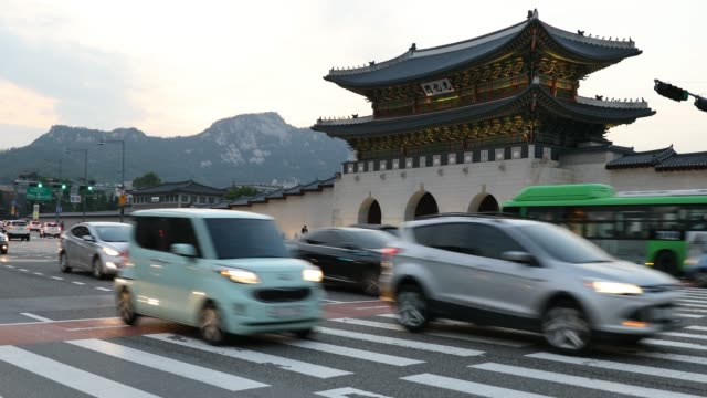 gyeongbokgung palace large gate and traffic in front of it , seoul, south korea - корея стоковые видео и кадры b-roll