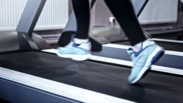gym träning cardio workout legs löpning löpband - byxor bildbanksvideor och videomaterial från bakom kulisserna