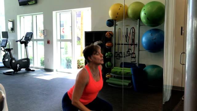 - fitnessraum  - gewichtstraining stock-videos und b-roll-filmmaterial
