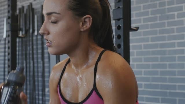 gym kvinna dricka - svett bildbanksvideor och videomaterial från bakom kulisserna