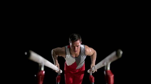 slo mo 体操選手 通常 l-座る パラレルバーにて - 体操競技点の映像素材/bロール