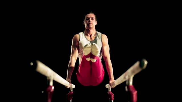 vídeos y material grabado en eventos de stock de de san luis obispo missouri gimnasta haciendo l-sit en barras paralelas - gimnasia