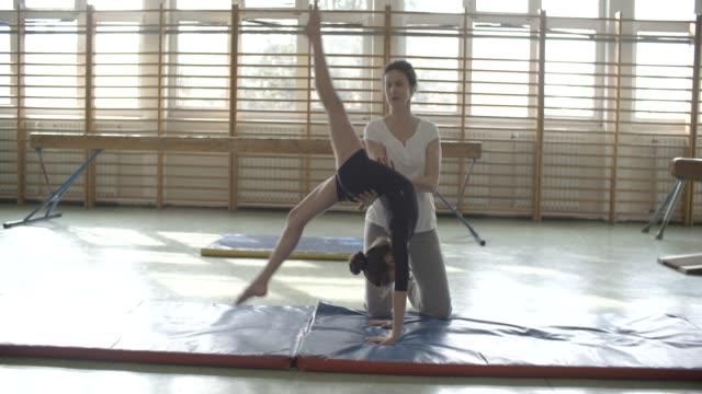 vídeos y material grabado en eventos de stock de entrenamiento de gimnasia - entrenador