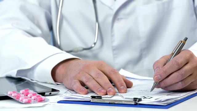 frauenarzt verschreiben medikamente für patienten, rosa pillen auf tisch - familienplanung stock-videos und b-roll-filmmaterial