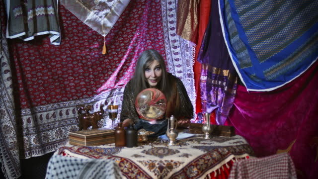 stockvideo's en b-roll-footage met gypsy fortuneteller sees a bad fortune - medium filmcompositietype