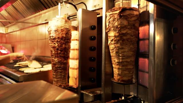 gyros-rotisserien in einem restaurant in athen, griechenland - döner stock-videos und b-roll-filmmaterial