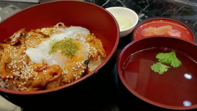 gyudon, en japansk mat, japanska ris toppad med skivad grillad biff - misosås bildbanksvideor och videomaterial från bakom kulisserna