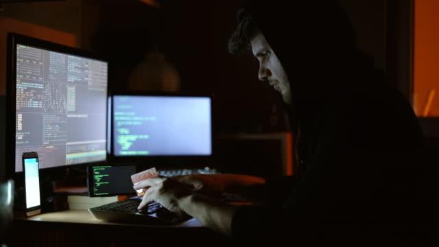 vídeos de stock e filmes b-roll de hacker and credit card - roubar crime