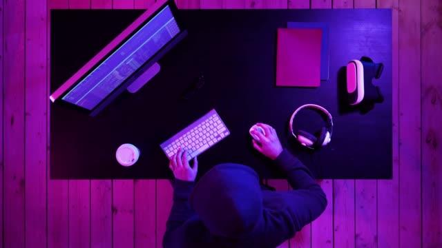 ハッカーがシステムを壊す - ゲーム ヘッドフォン点の映像素材/bロール