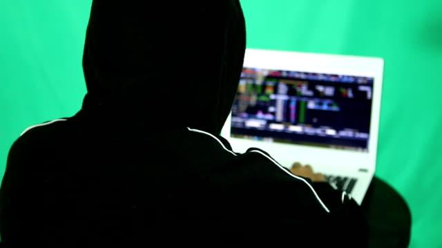 ハッカーのノート パソコンからデータをハッキング - なりすまし犯罪点の映像素材/bロール