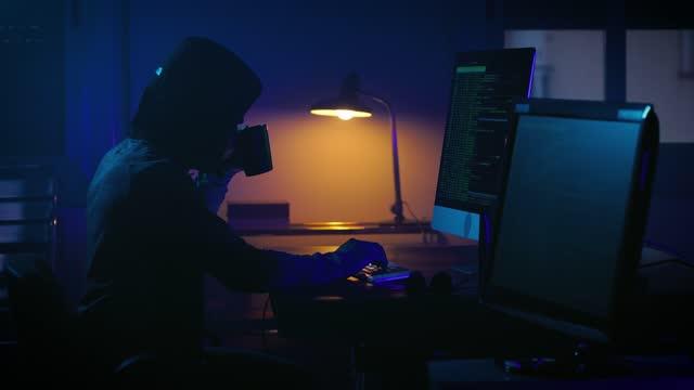 haker w ciemnym pokoju - kradzież tożsamości filmów i materiałów b-roll