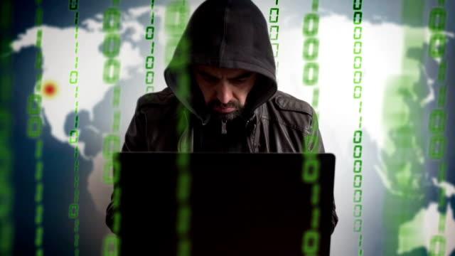 haker w kaptur z laptopa. sieci online na zagrożenia. - kradzież tożsamości filmów i materiałów b-roll