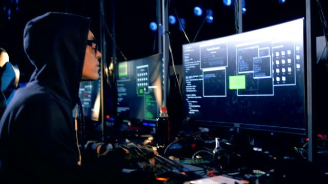 ハッカーがデータ サーバーから情報を盗む - なりすまし犯罪点の映像素材/bロール