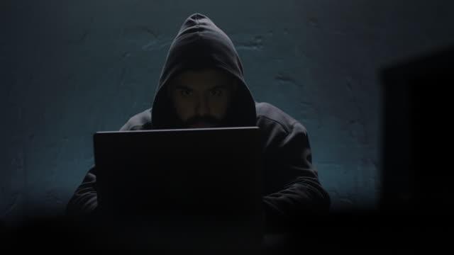 hacker opening laptop - phishing filmów i materiałów b-roll