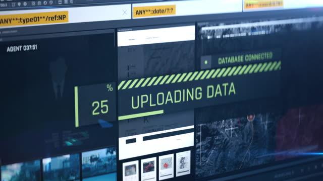 ハッカーがデータ、パスワード、文書、スパイ活動、スパイウェアを盗み、漏洩 - スパイ点の映像素材/bロール