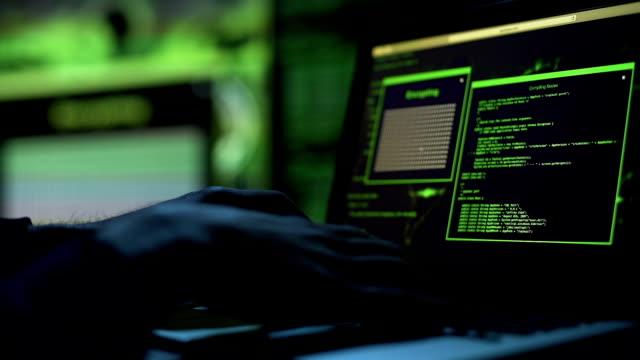 vídeos de stock, filmes e b-roll de hacker, tentando pegar a senha, proteção de servidor, bloqueando o acesso a informações - acessibilidade