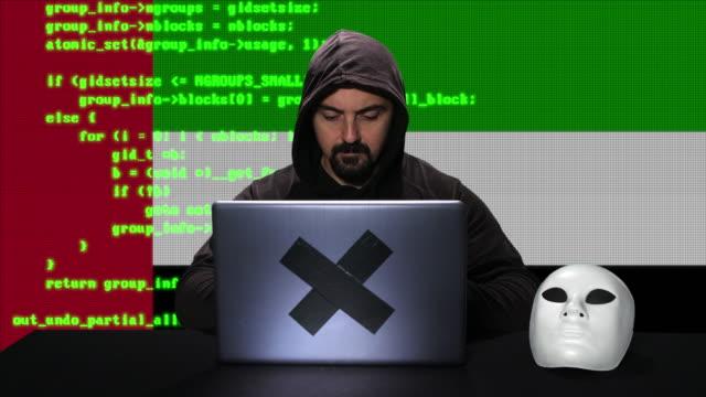 hacker arka planda kod animasyon bindirme ile birleşik arap emirlikleri bayrağı ile dizüstü bilgisayarda kod hack yazma - uae flag stok videoları ve detay görüntü çekimi